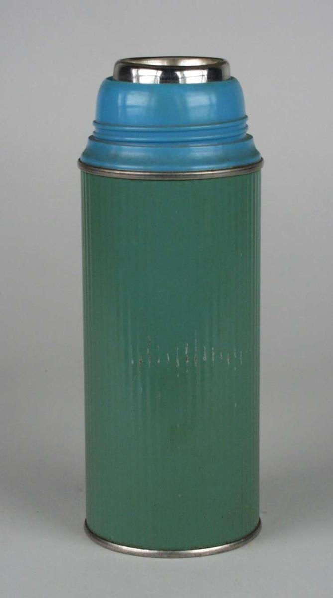 Termos med innvendig glasskolbe og sylindrisk hylster av bølgeformet blikk. Toppen er av plast. Kork og kopp mangler.