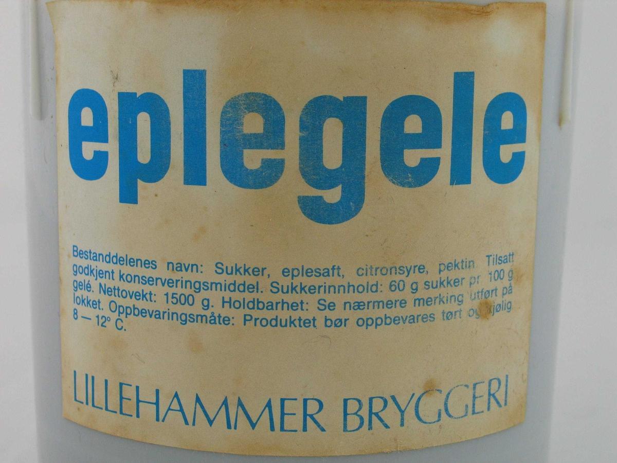 Plastbøtte med eplegele. Fylt på Lillehammer Bryggeri. Etikettdesign som var i bruk på slutten av 1970-tallet.