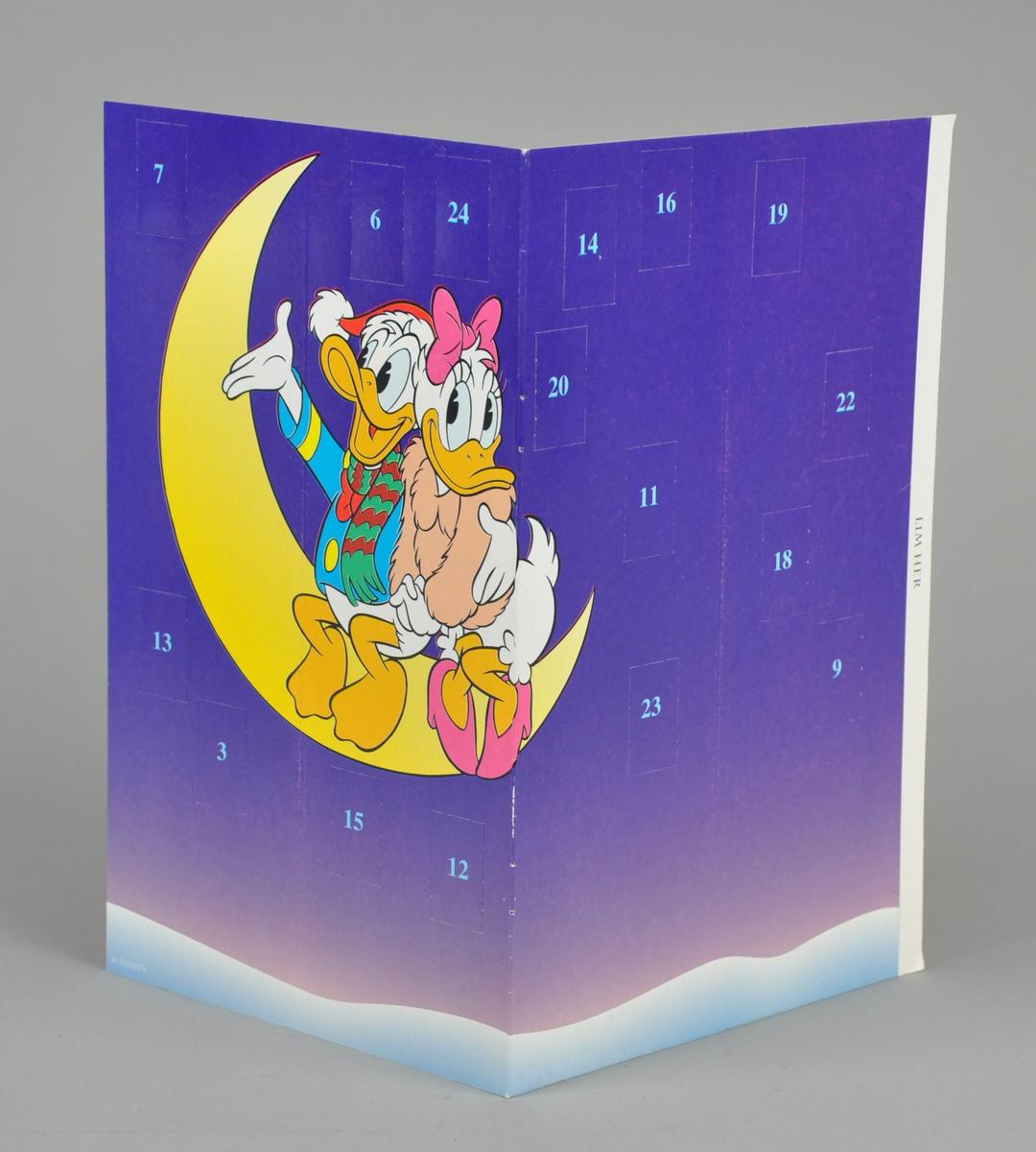 Motivet er Dolly og Donald som sitter på en nymåne.Kalenderen kan brettes sammen.