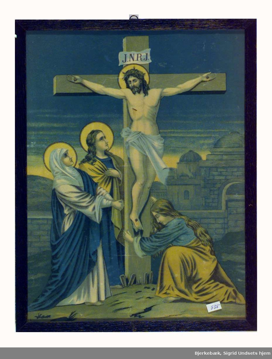 Bildet viser Jesus på korset. Over Kristi hode står det skrevet J.N.R.J.. To personer står ved korset, antagelig Maria og Johannes døperen. Ved korsets fot kneler en kvinne.