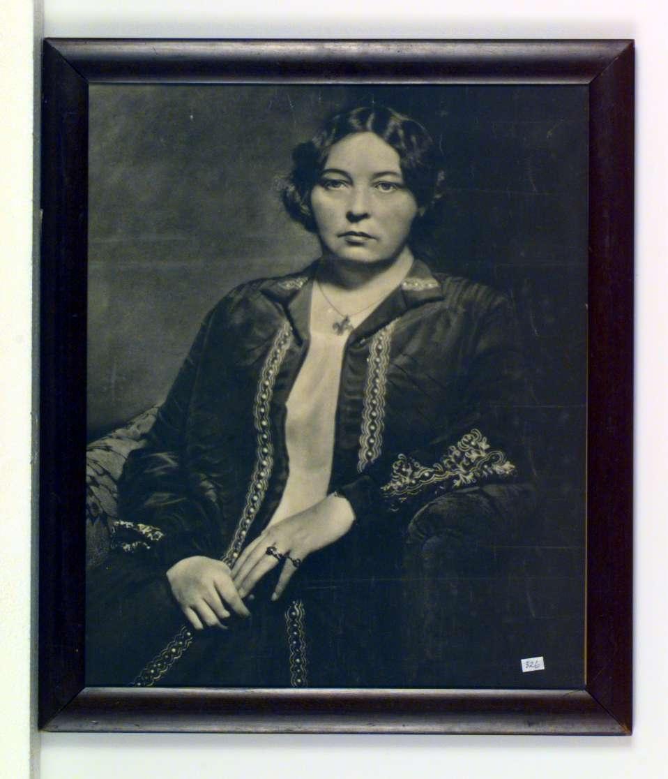 Portrett av Sigrid Undset i festdrakt.