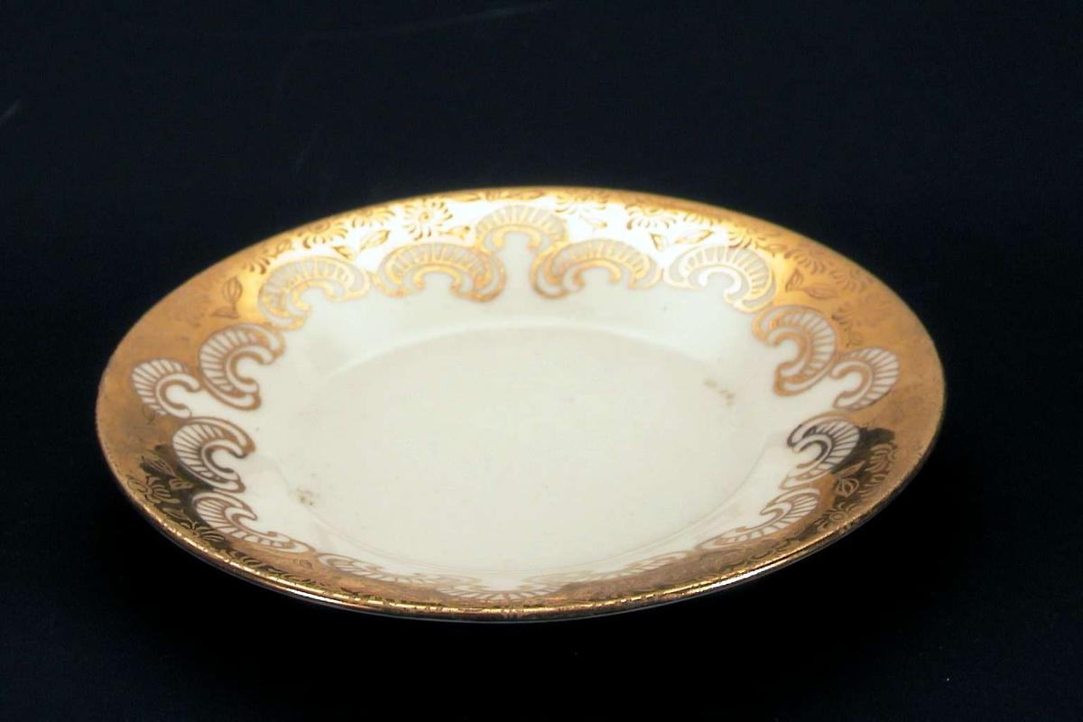 Skål i hvit porselen med forgylt dekor.