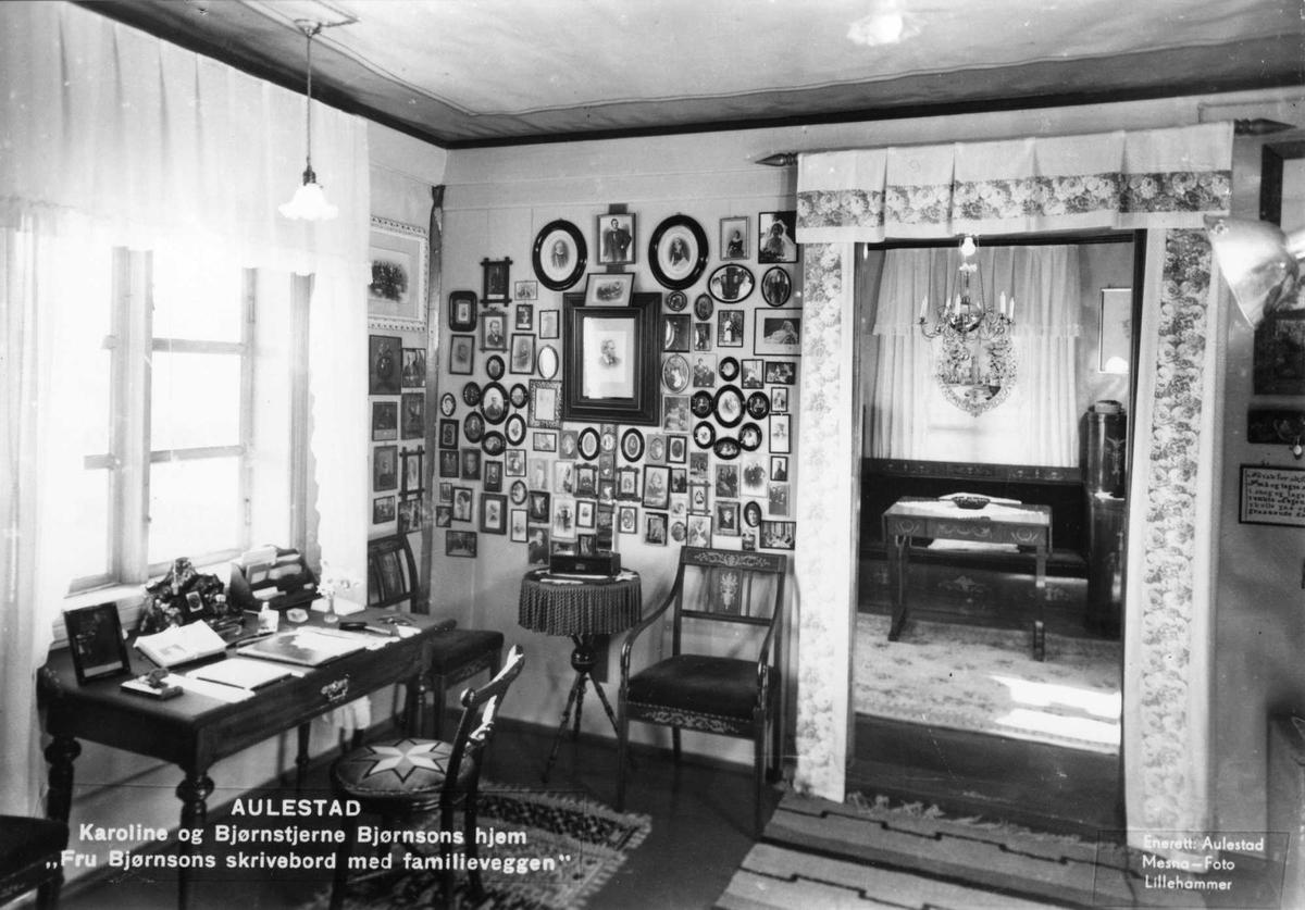 Aulestad, interiør, Karolineværelse, skrivebord, familievegg, fotografier, postkort,