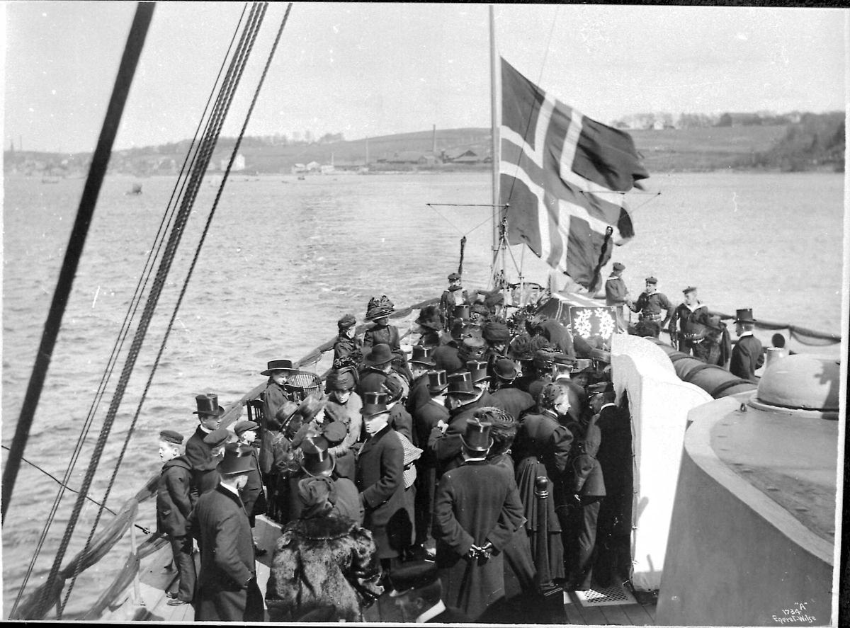 Panserskip, Norge, flagg, båre, folk