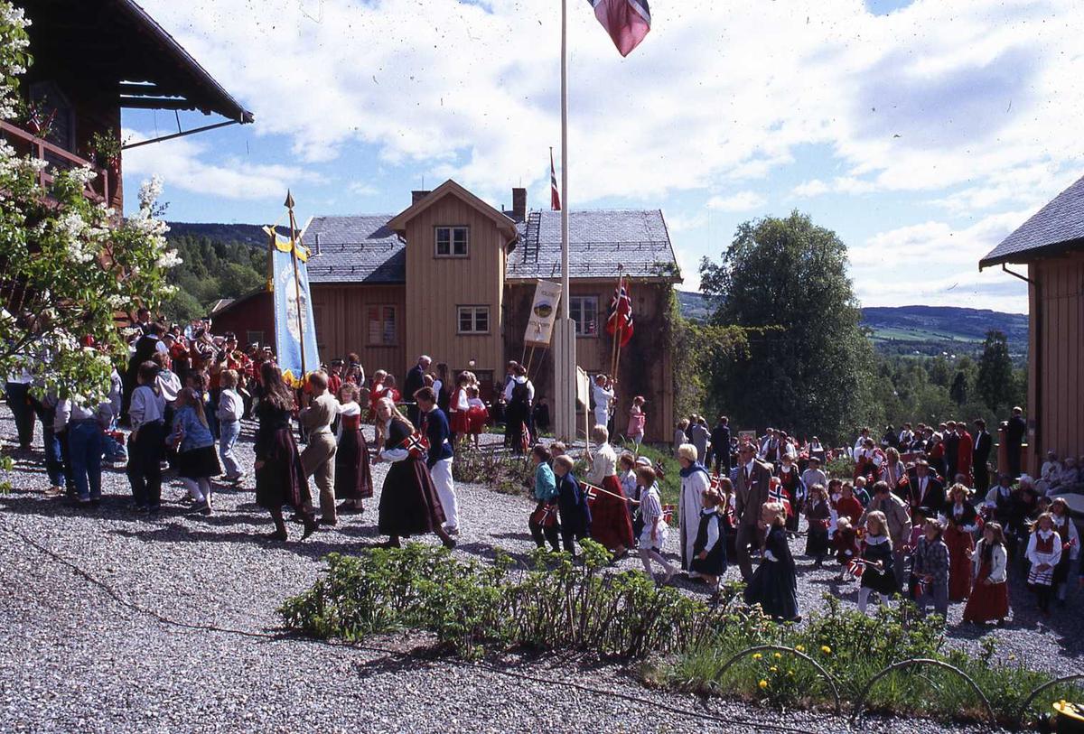 DOK:1990, skolebarn, korps, 17. mai, tun, flagg,