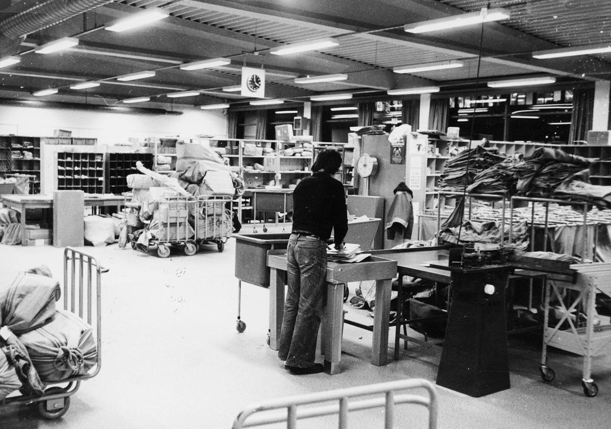 postbehandling, stempling, brevstemplingsmaskin, postsekker, sorteringsreoler, postkontor, 7700 Steinkjer, mann
