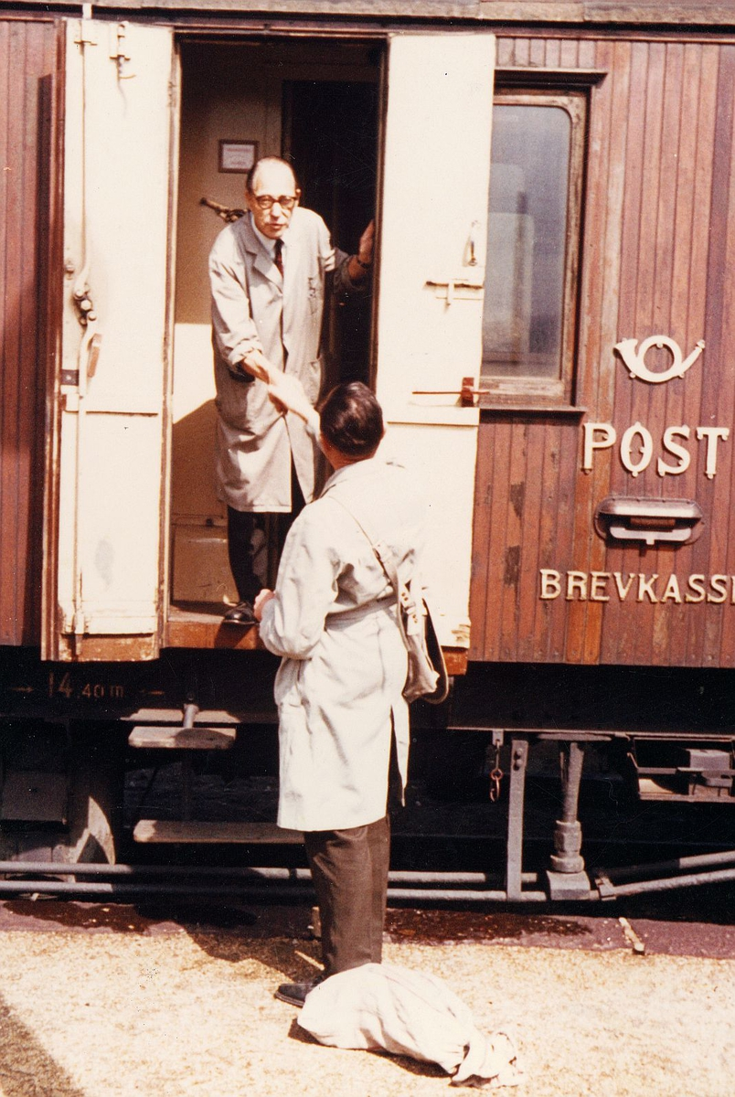 transport, tog, eksteriør, Åndalsnes-Dombås, postvogn, brevkasse, postsekk, to menn