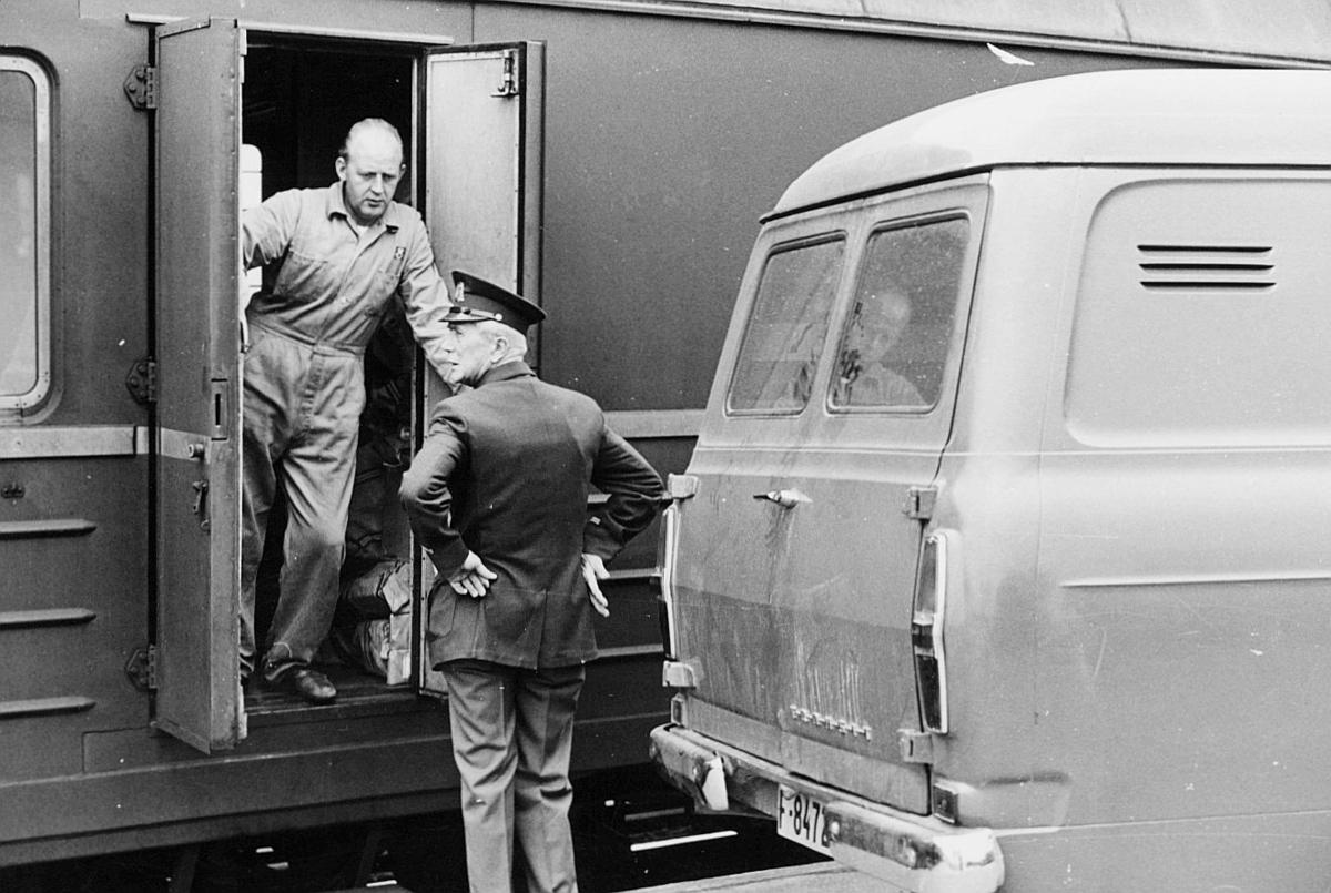 transport, tog, eksteriør, Oslo-Kristiansand, postvogn, to menn, bil