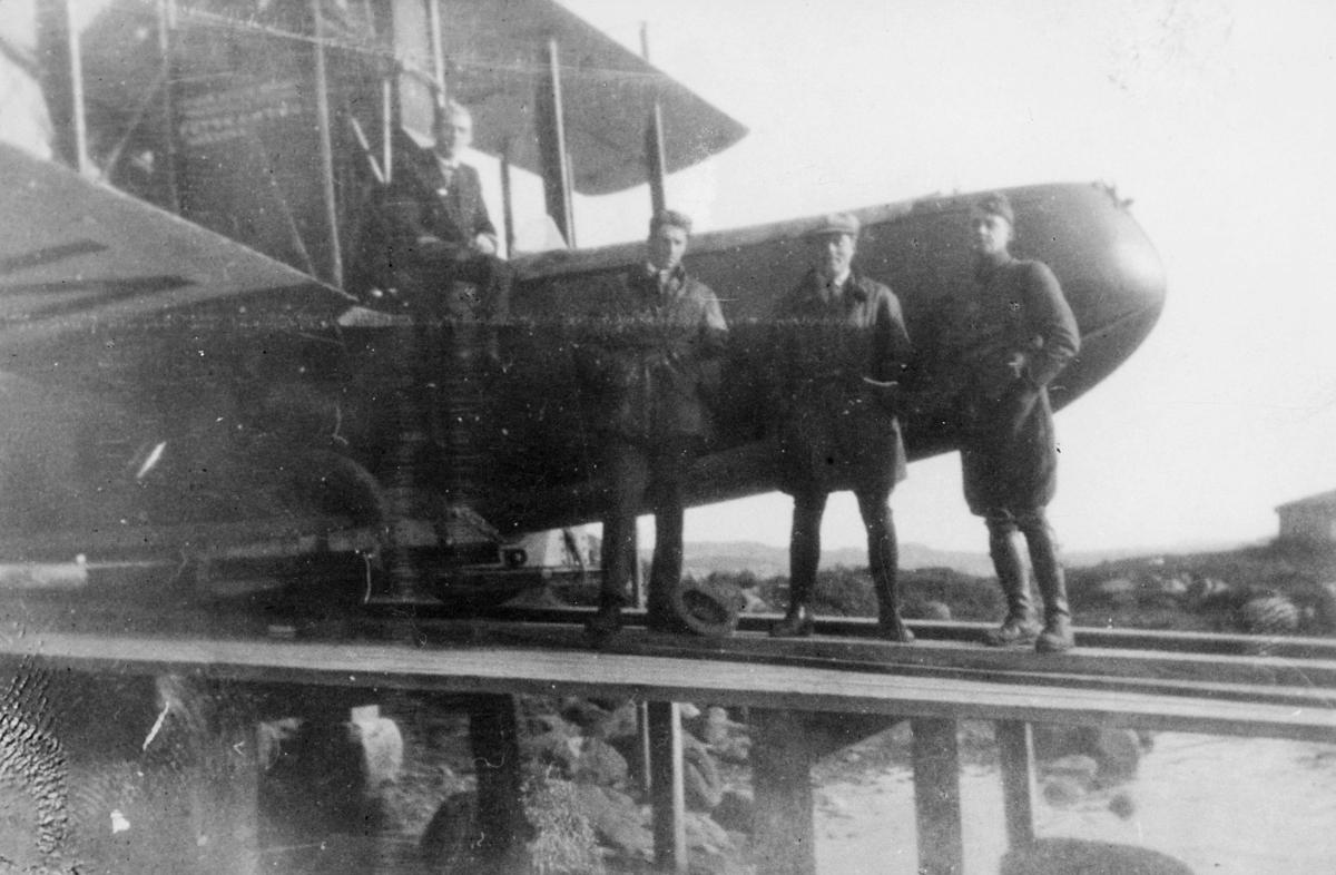 transport, fly, eksteriør, sjøfly, luftpostruten, Bergen-Stavanger, på bakken, fire menn