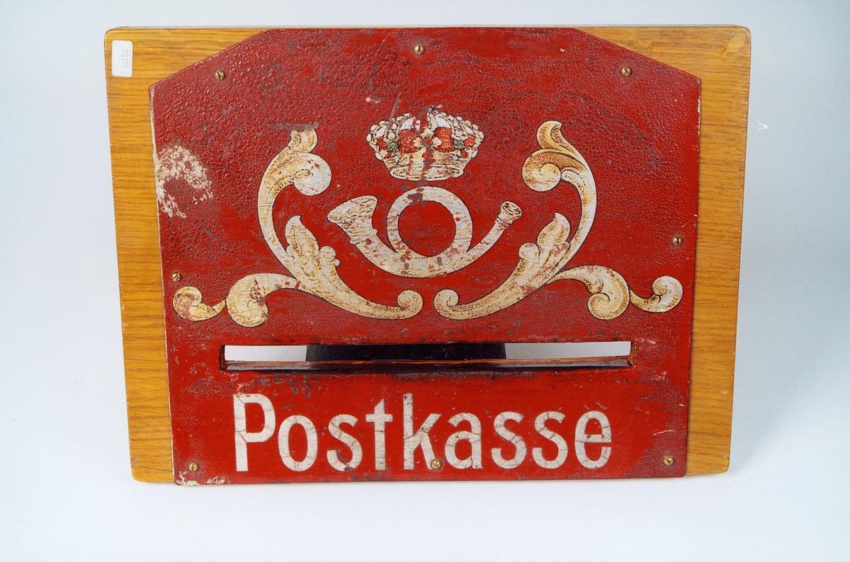 Postmuseet, gjenstander, postkasse, postinnkast, postkasseskilt, Postkasse, krone og posthorn med ornament malt på.