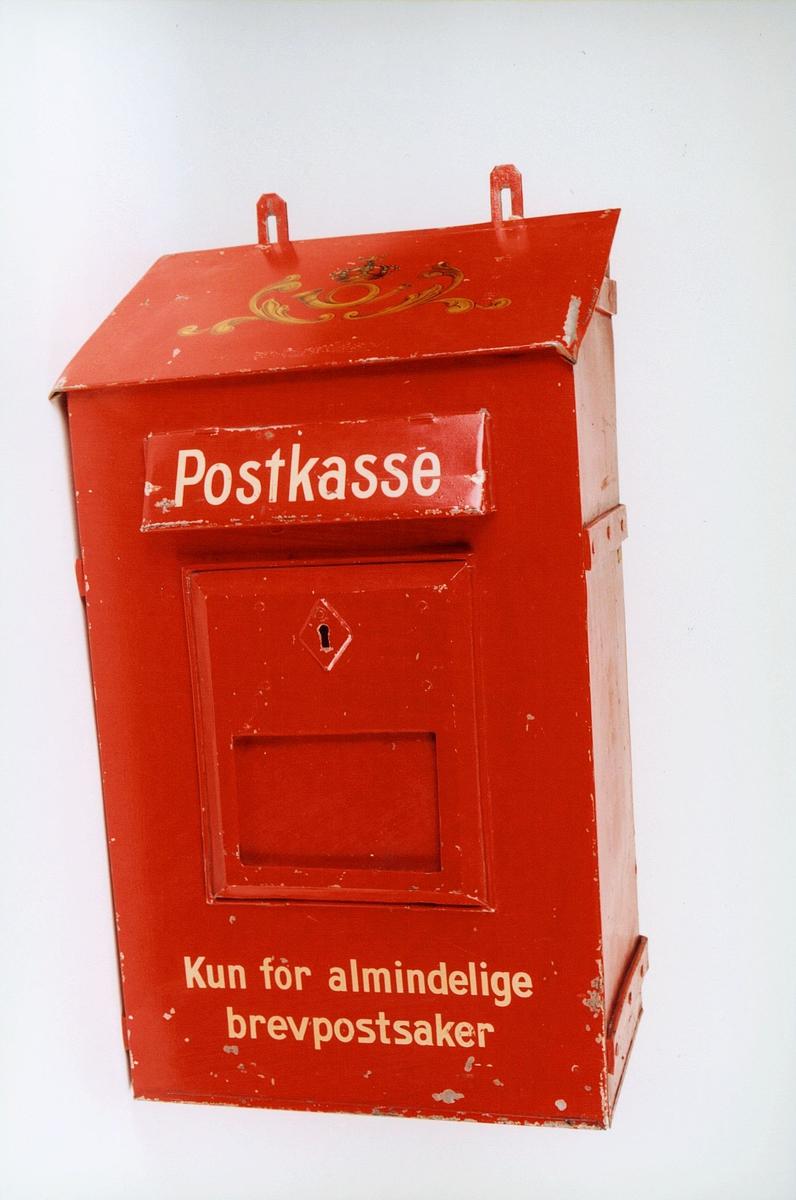 Postmuseet, gjenstander, postkasse, brevkasse, stor bilkasse, nøkkelhull, med plakat, posthorn med krone (postlogo) og ornamenter er malt på kassen, Postkasse Kun for almindelige brevpostsaker.