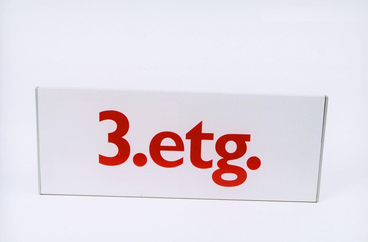 postmuseet, gjenstander, skilt, 3.etg. med rød skrift på hvit bakgrunn