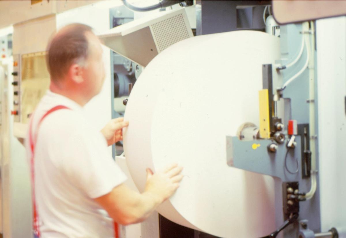 frimerketrykking, Norges bank Seddeltrykkeriet, rotasjonspresse, Goebel frimerkerotasjon, frimerker i produksjon, trykker Åsmund Vold Hansen kontrollerer den store papirrullen