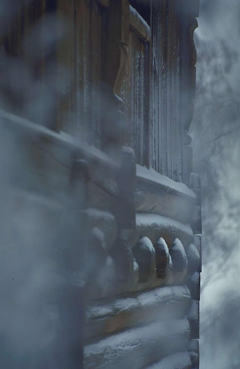 Vinter på Maihaugen. Holøstua. Detalj av vegg ut mot tunet.