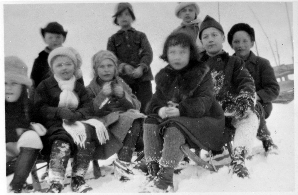 Barn, skoleutflukt, Gudrun Ørns skole, vinter, snø, kjelke