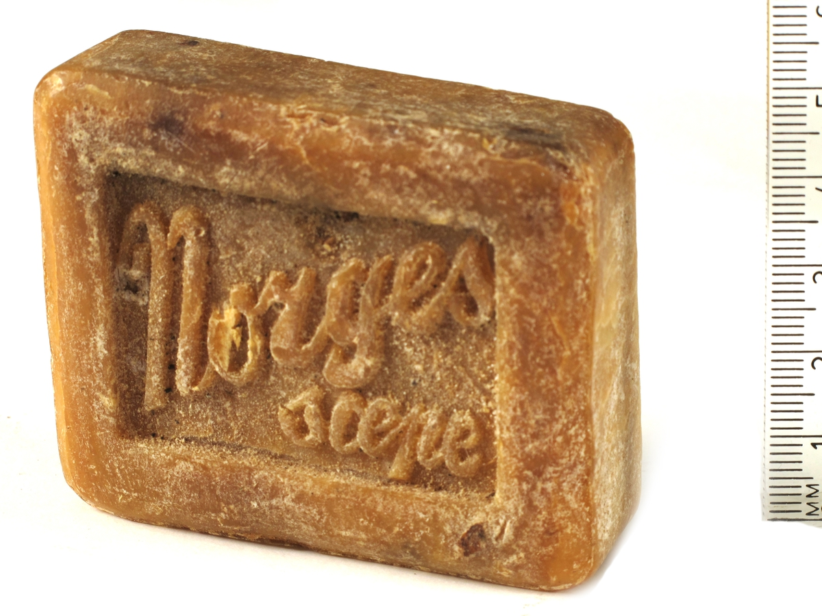 """Såpestykker,  3 stk. lys gulbrun sepe, med tekst: """"Norges sæpe"""", på den andre side:  """"Garantert ren.""""  Krisevare eller førkrigskvalitet?"""