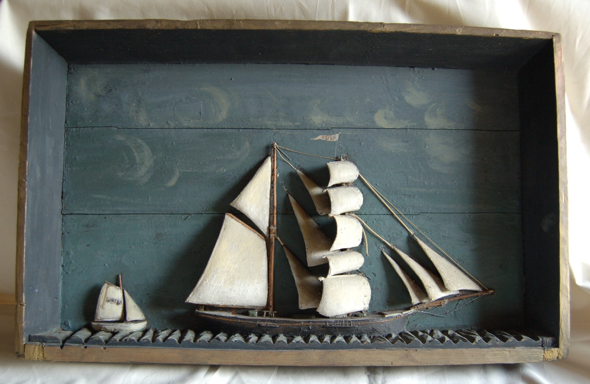 1 stort og 1 lite seilskip sett fra siden. Seilskute