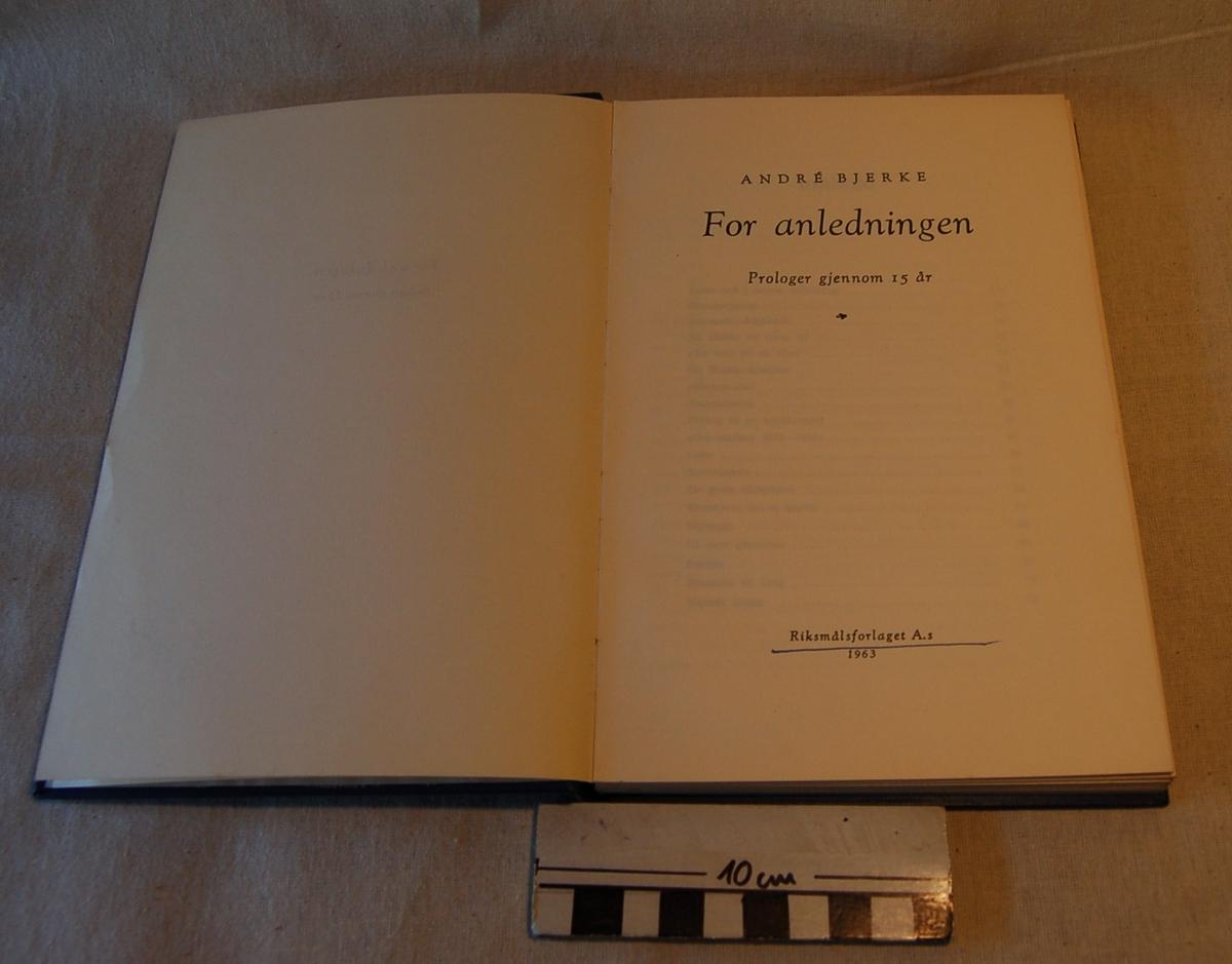 Filosofen Peter Wessel Zapffe og hans kone Berit testamenterte sin eiendom på Båstad i Asker til Universitetet i Oslo. Da det ble besluttet å selge eiendommen i 2009 ble deler av P.W. Zapffes arbeidsrom og andre eiendeler overlatt til Asker Museum. Denne samlingen inngår nå som en permanent utstilling på museet. Mørkblå bok