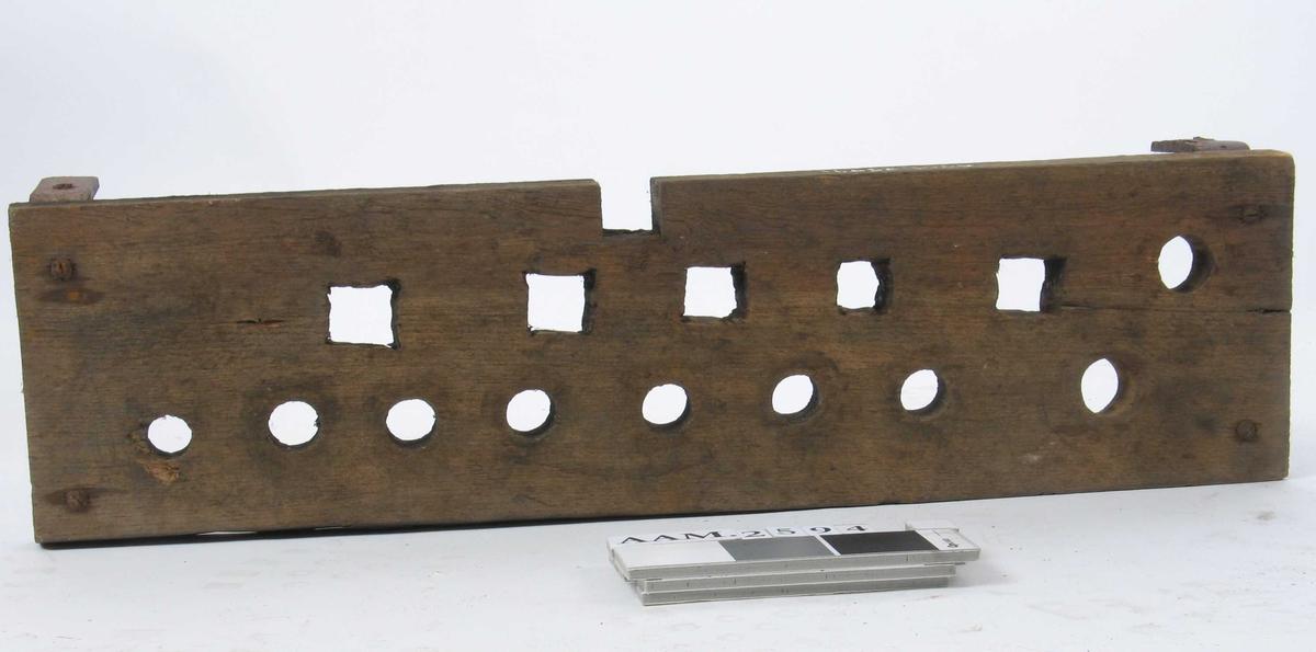 Form: Rektangulær. To vinkeljern påskrudd.