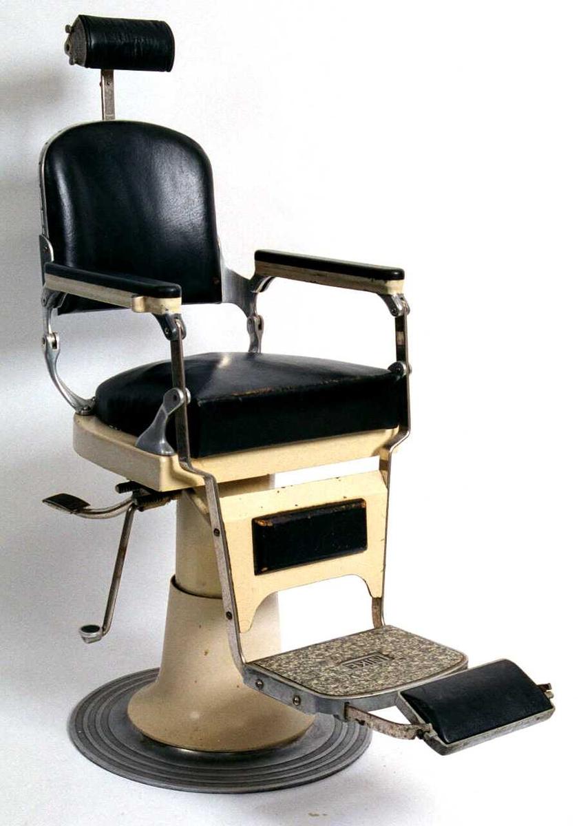 Svingbar og hevbar stol. Med løs pute som barnesete.