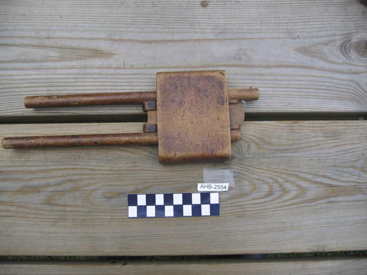 Form: To pinner gj. trekloss. Klossen er profilert. Avansert låssystem med tre kiler. Brukes for å avsette to ulike avstander, for eksempel i forbindelse med tapping.