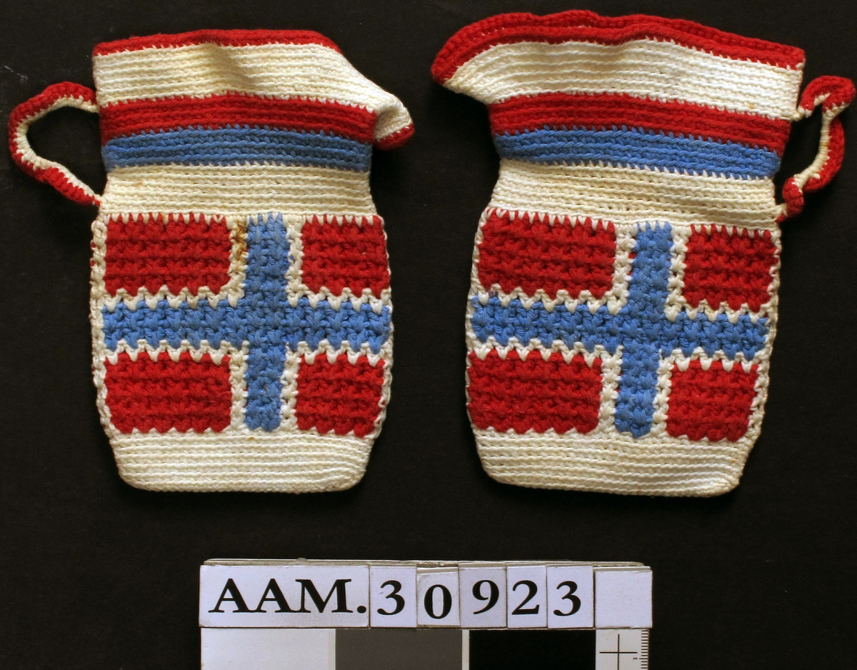 Formet som mugge, dekorert med norsk flagg.