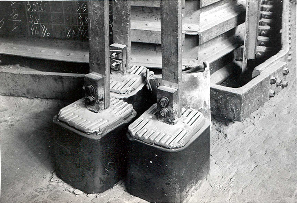 Nitriden. Ferdige elektrodekull stående ved siden av smelteovn for aluminium.