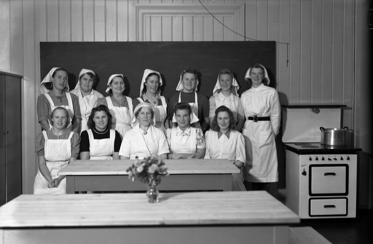 Skolekjøkken Elever i forkle og skaut