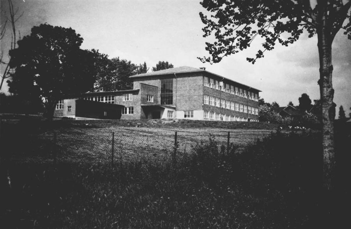 Skolebygning til Ski kommunale høyere almenskole, gjerde, vegetasjon
