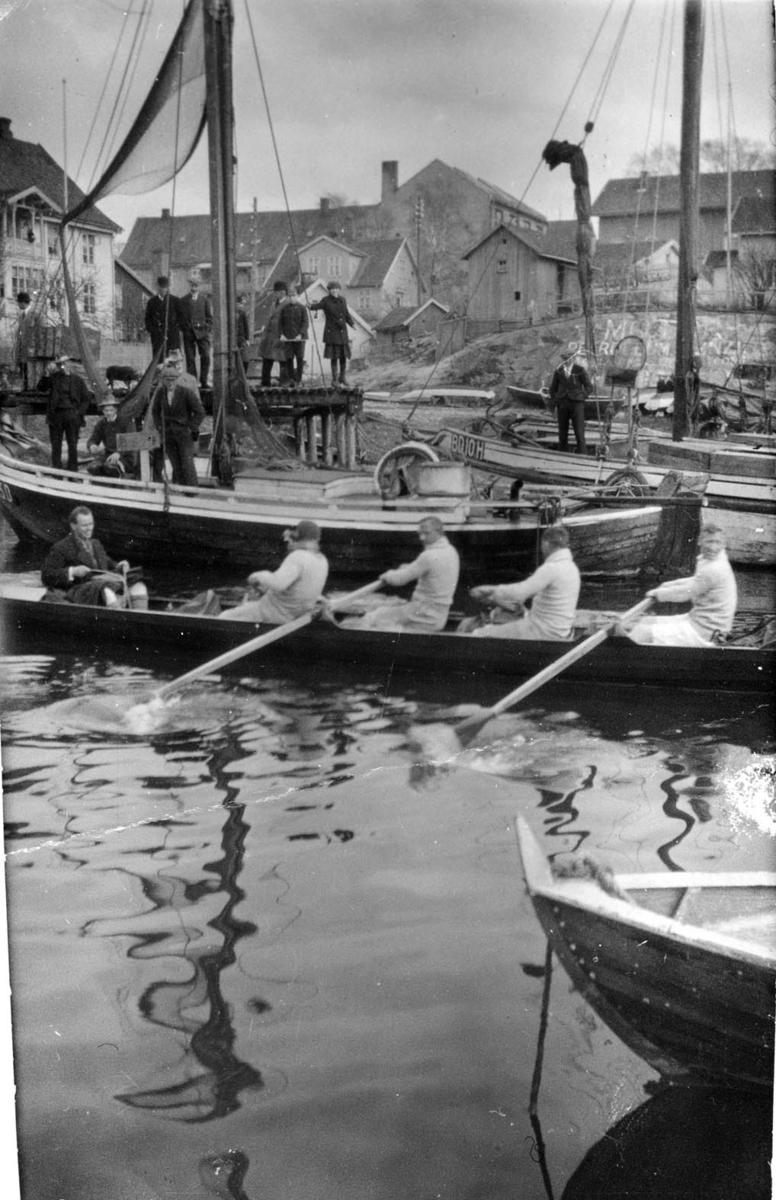 Fire året innrigger i båthavna i Drøbak.