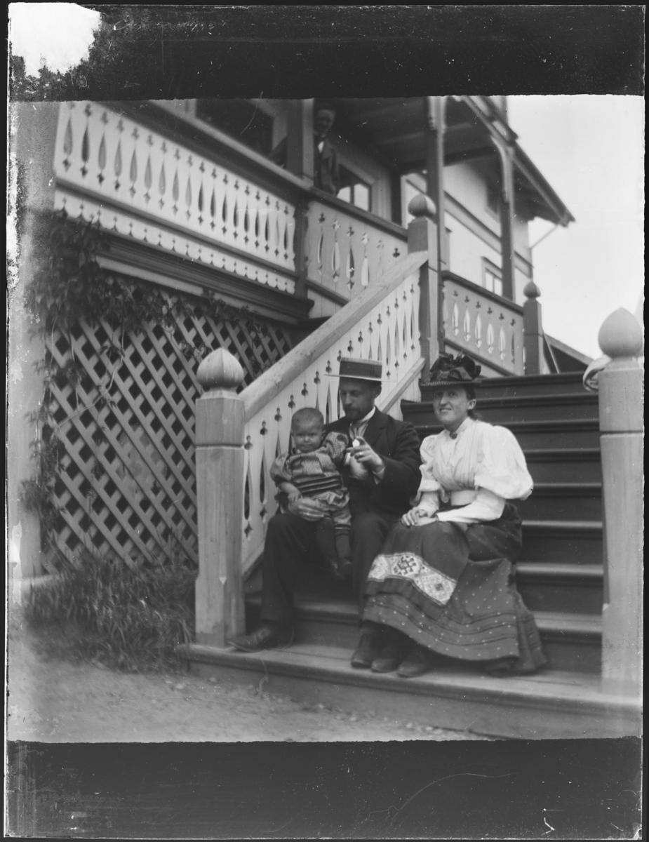 Fra Holtsmark ( Lier? ) Fra venstre: Johan Peter Holtsmark (f. 13.02.1894), Gabriel Holtsmark (f. 01.02.1867) og Margrete Weisse Holtsmark (f. 11.01.1871).