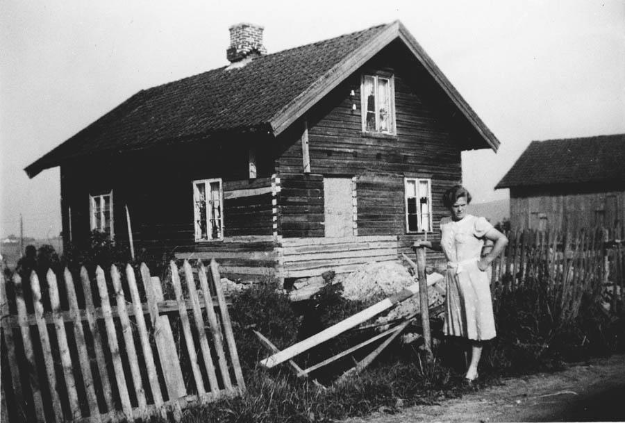 Stubberud, det gamle huset repareres. Olaug Kjustad foran.