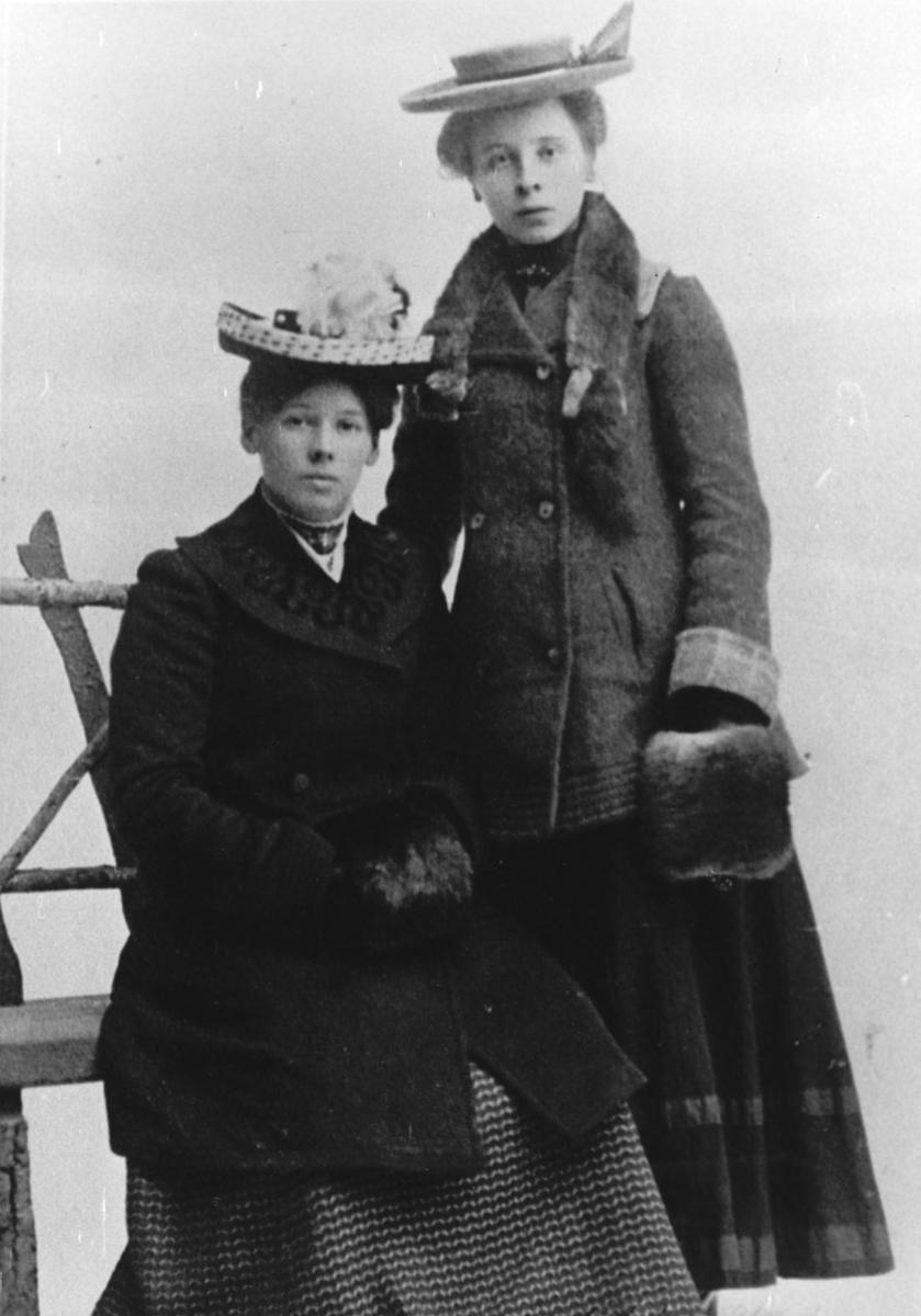 Kaia Kjenn (t.v.) gift Østbye og Helga Kjenn gift Aamodt.