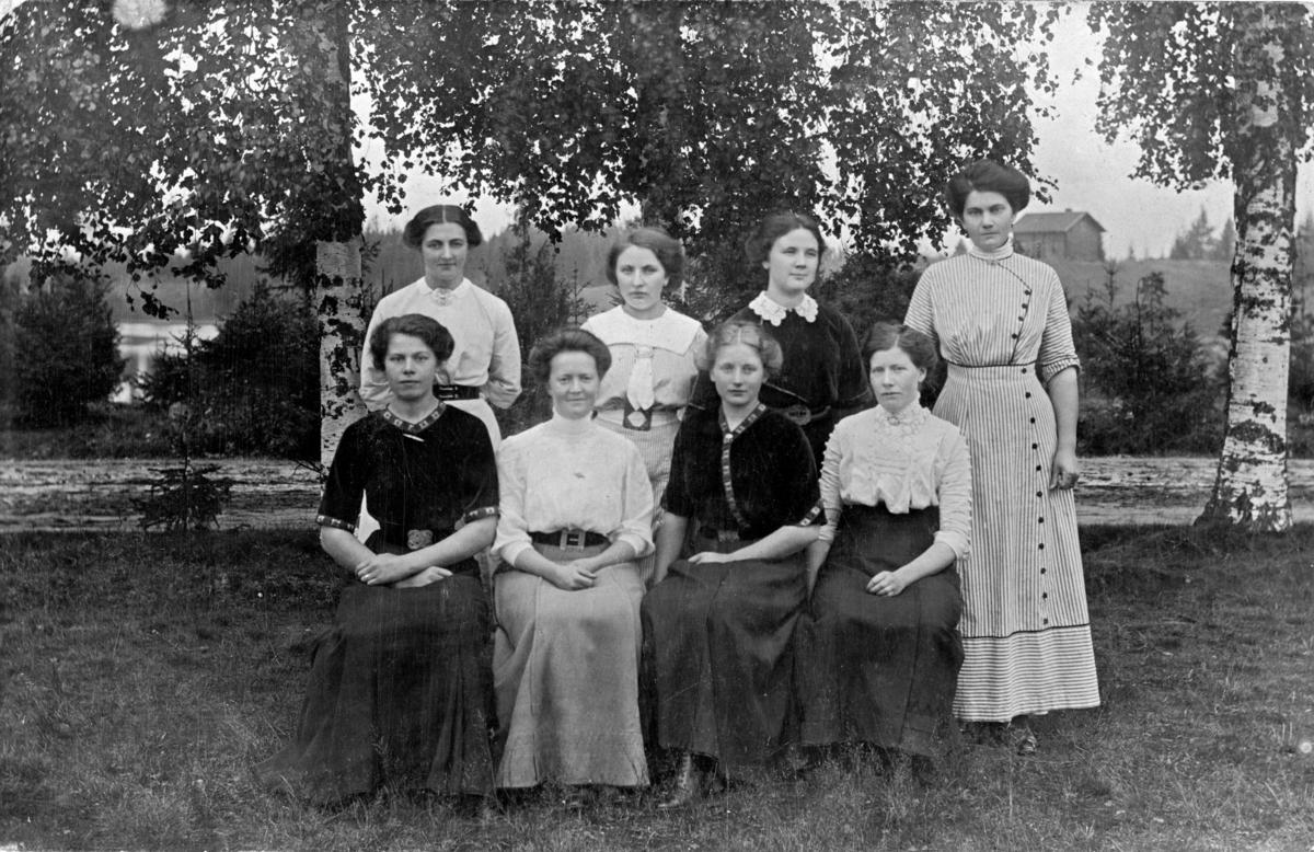 8 kvinner samlet for fotografering  ute. Foran t.v. Marie Fløgstad. Andre er ukjente