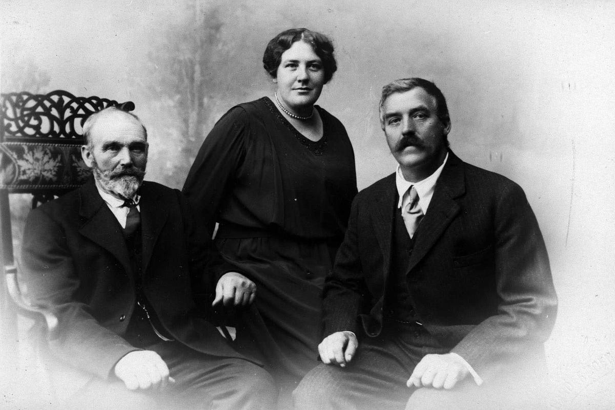 Anna Carlson med far og bror. (Portrett).