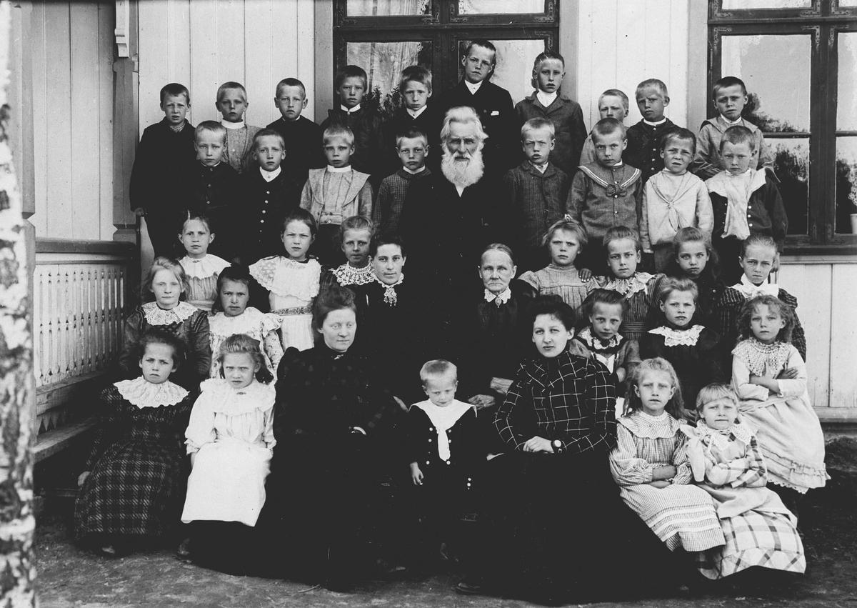 Elever og lærere ved Auli skole