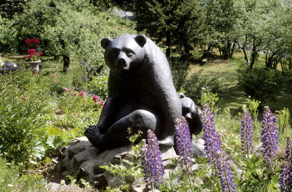 Asker Museum, forsommeren 1996. Skulptur av bjørn med barn, laget av Anne Grimdalen, hagen på Asker museum.