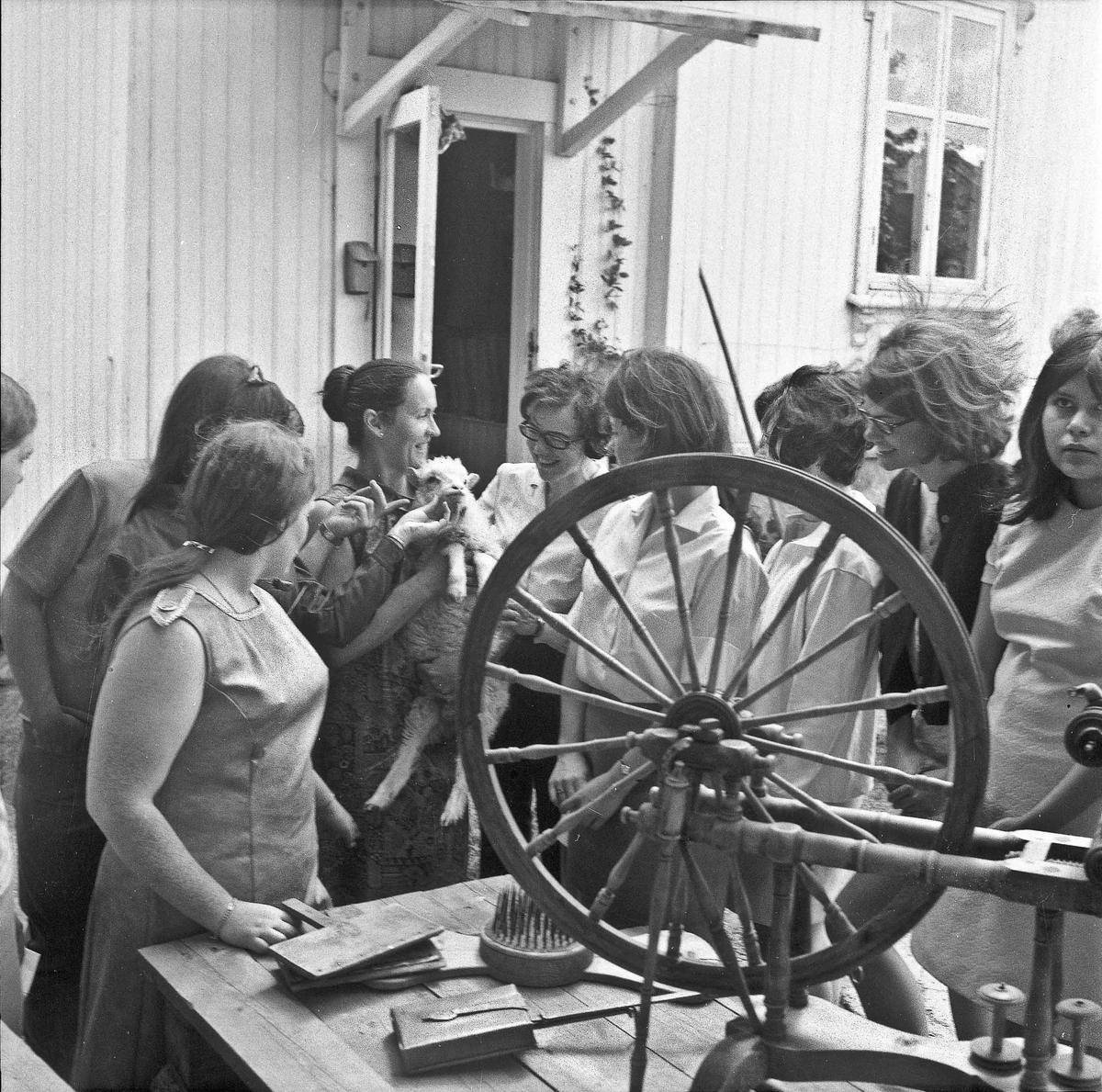 Kvinner studerer spinning av garn.