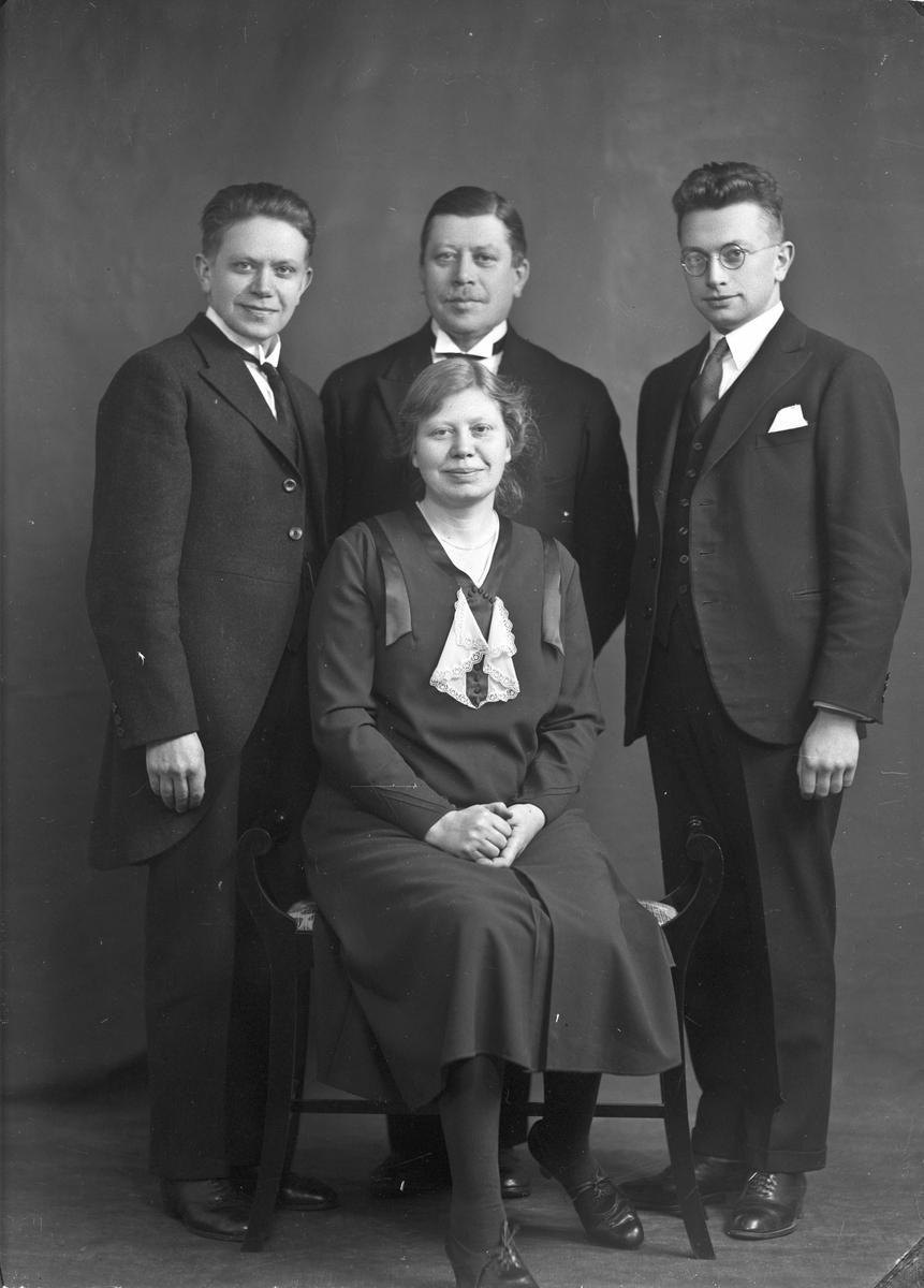 De 2 i midten er Ingeborg og Olaf Hilde (søsken).