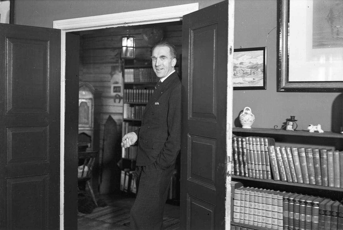 På Skrårud gård. Redaktør i Eidsvoll Blad Erling Grieg.