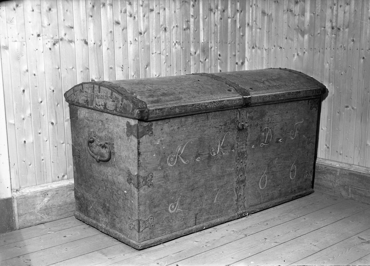 """Kiste tilhørende Veset gård, Nes på Romerike. På kisten står """"KKDF 1766""""."""