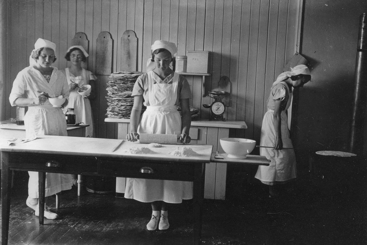 Eidsvoll Husmorskole, Råholt. Baking av flatbrød.