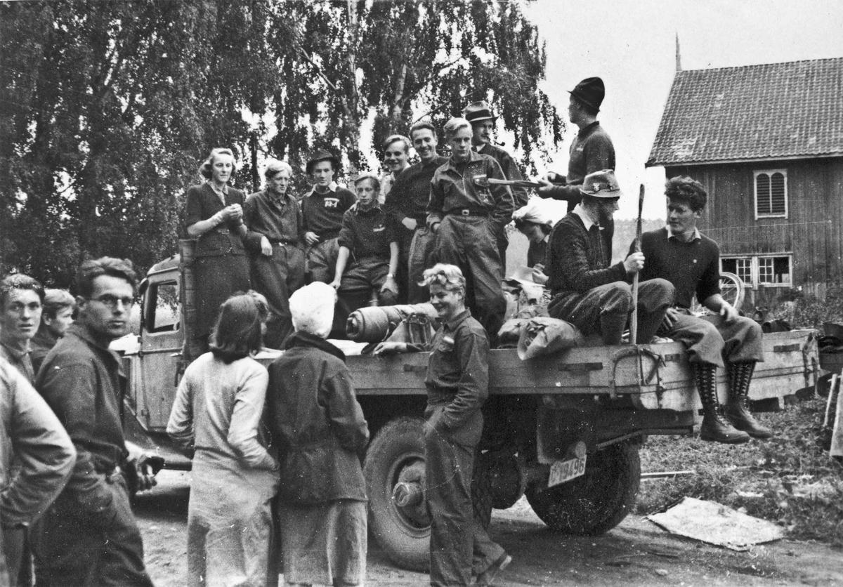 Fra AT-leiren, Arbeidstjenesten i 1940 på Måe gård som ligger på Østsiden av Vorma mellom Skovset og Langset. Denne frivillige leiren ble våren 1941 omgjort til en pliktig leir av NS-myndighetene.