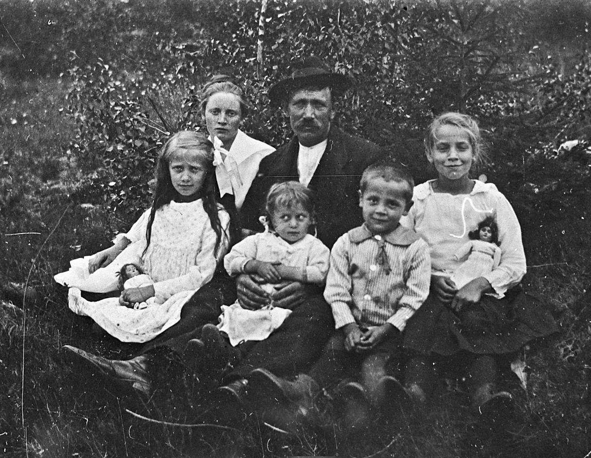 Familie fra Storbråten, Gullverket. 1910-20. Olaf Halvorsen med noen av sine barn.  Foran fra v.: Elida (gift Kristiansen), Tora (gift Finbråten) og Håvard Halvorsen.  Bak: Minnie (gift Lesja), Olaf og Klara (gift Holm).