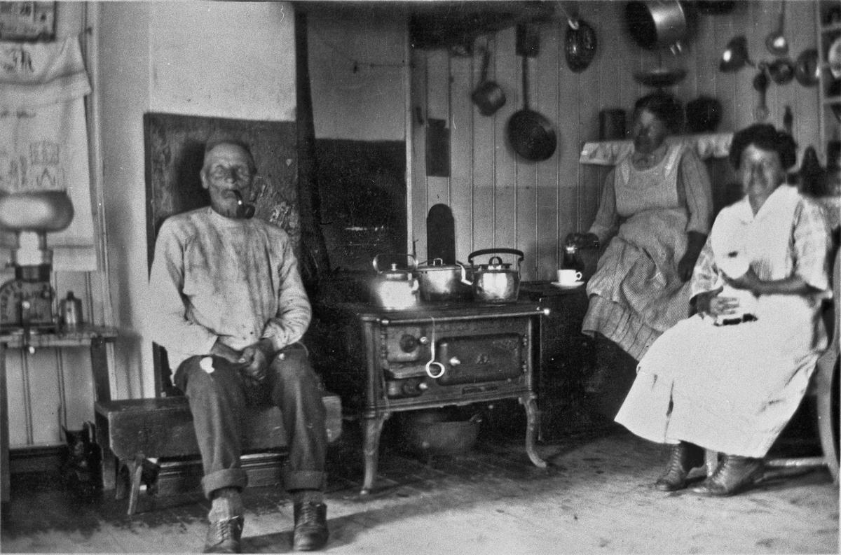 Kjøkkenet på Holen. John, Pauline og Marthe.