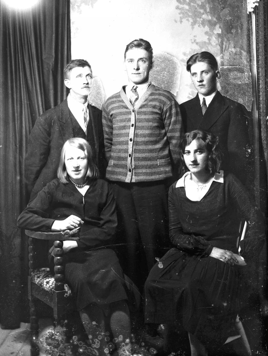 Fra v: Olaf Linberg, Arthur Kristoffersen, Torolf Gran. Foran fra v: Hjørdis og Malli Linberg. Eidsvoll Verk