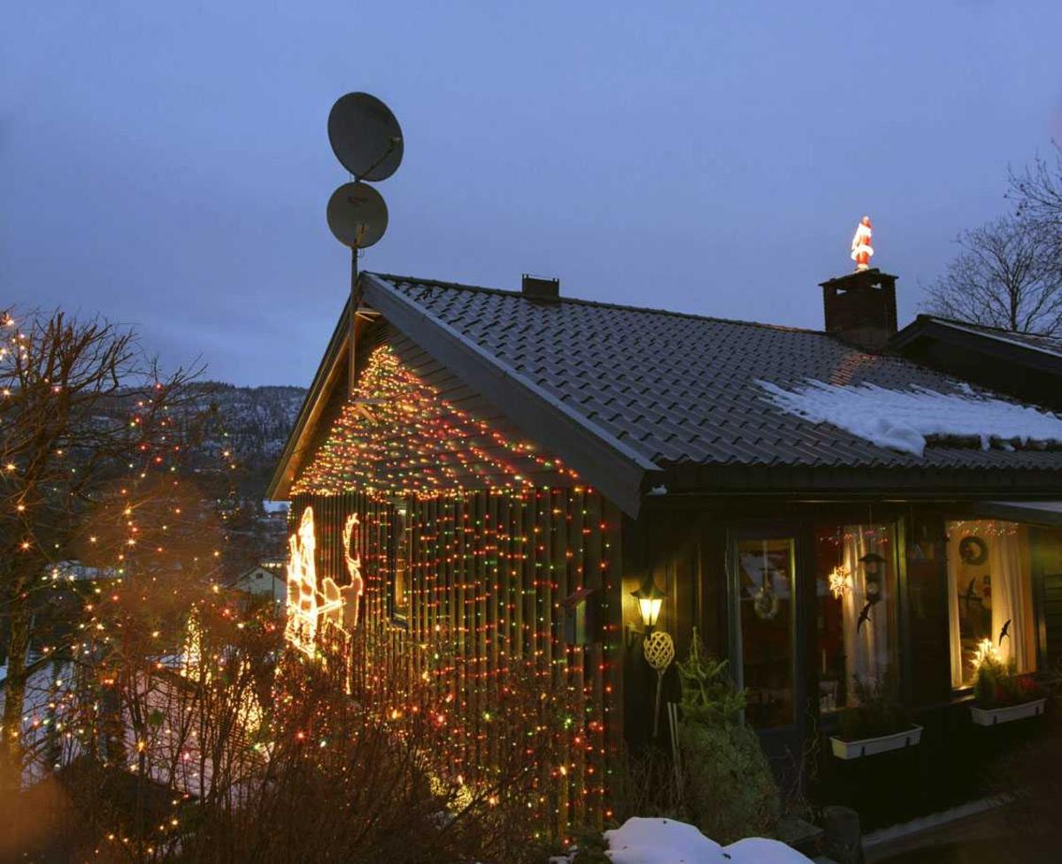 Julebelysning  Fantastisk julebelysning på enebolig. Huset sett fra bakhagen