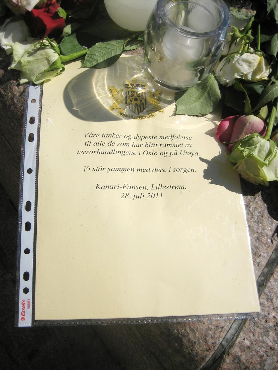 Minner etter terrorhandlingen den 22. juli 2011. Minne fra Kanarifansen på fontene på Lillestrøm torg.