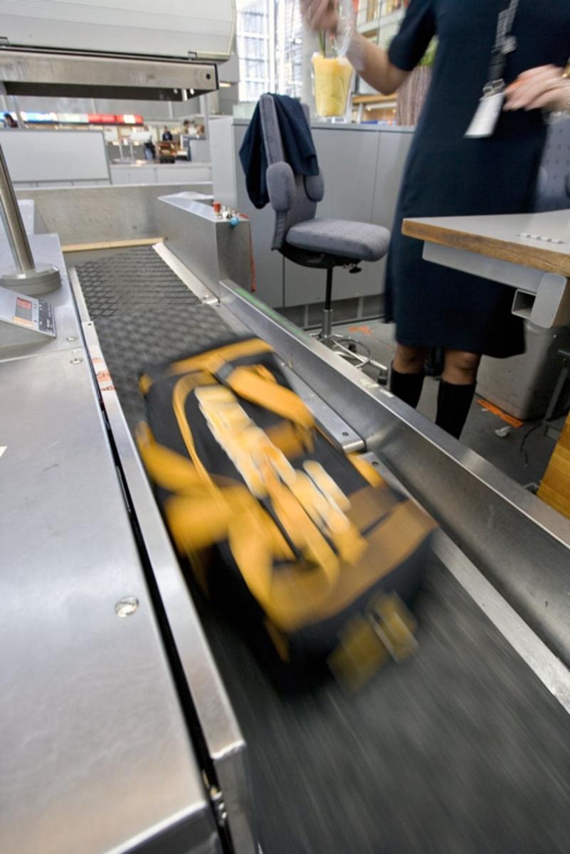 Vesker. Innsjekking. Bagasjen blir veid på bagasjebåndet. Fotodokumentasjon i forbindelse med dokumentasjonsprosjekt - Veskeprosjektet 2006 - ved Akershusmuseet/Ullensaker Museum.
