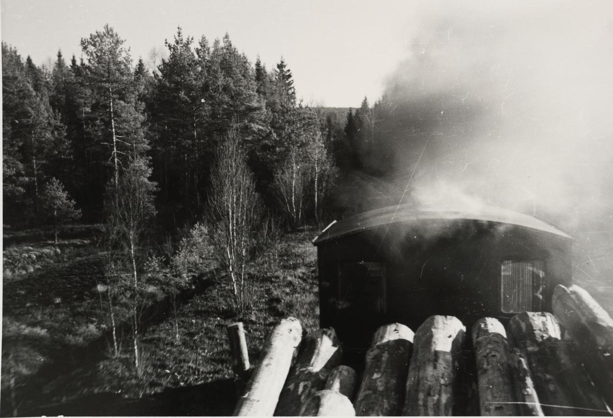 Tog til Skulerud. Fotografen sitter oppe på tømmeret på første vogn i toget.